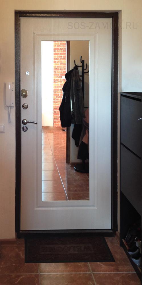Внешний вид дверной панели с зеркалом