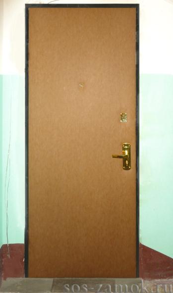 Металлическая дверь обита винилискожей
