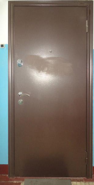 Вандалы испортили входную дверь