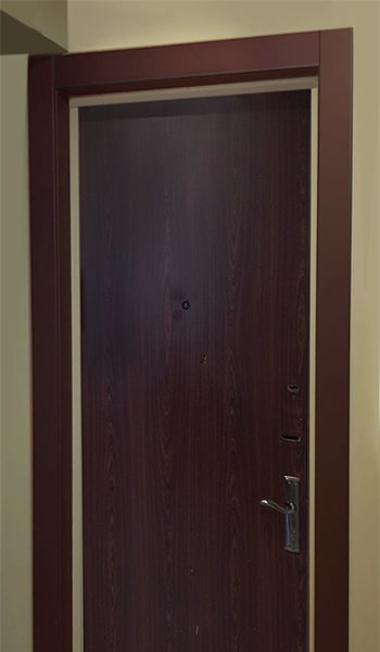 Вид до установки зеркала на металлическую дверь